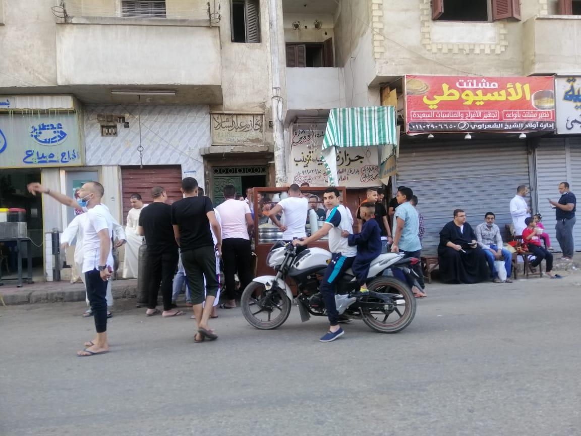 ازدحام محلات الكشري في العيد بقنا