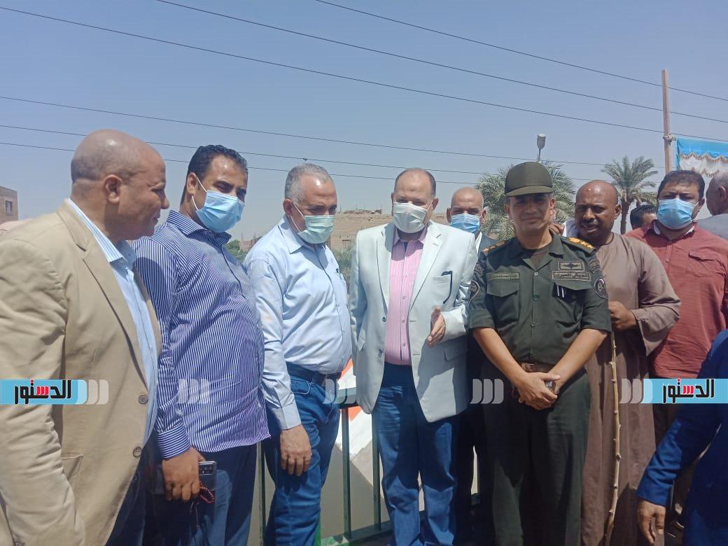 وزير الري ومحافظ أسيوط يتفقدان تبطين الترعة (1)