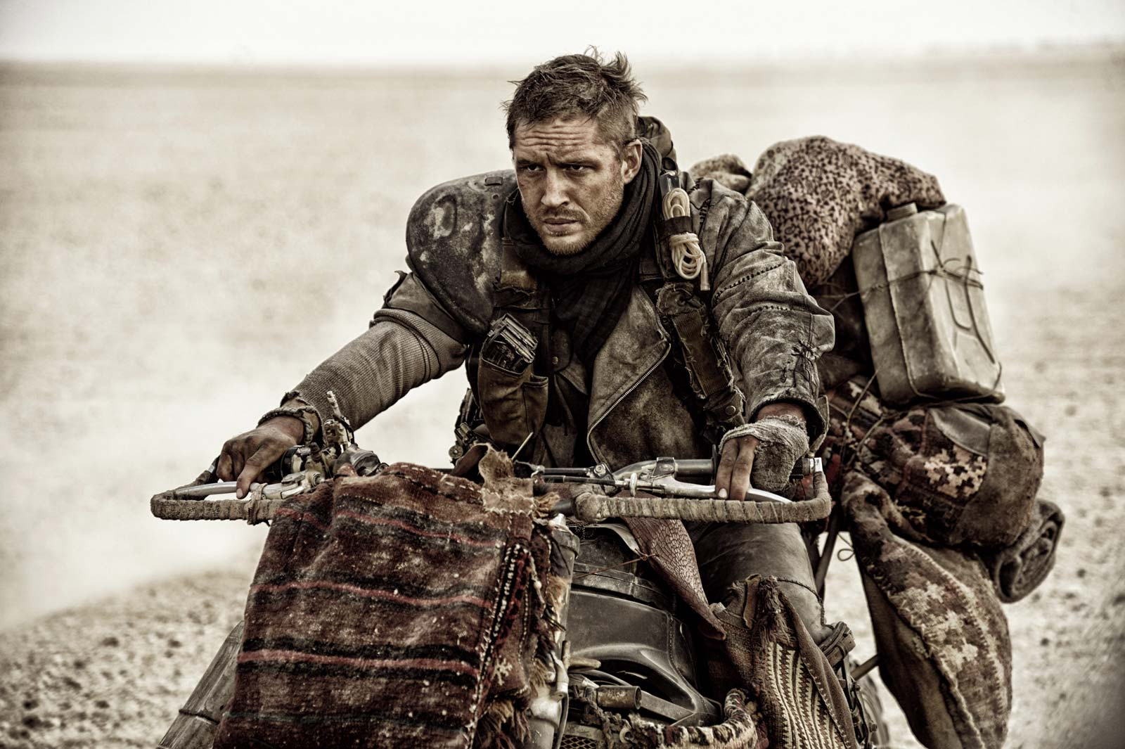 Tom-Hardy-Mad-Max-Fury-Road-wasteland