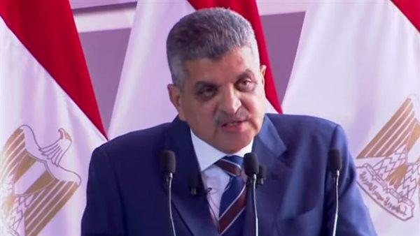 رئيس قناة السويس يهدي الرئيس السيسي مصحفًا هدية تذكارية